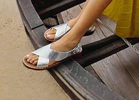 Flip-Flops und Holzschuhe